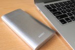 シンプルなアルミ製ボディ。大容量10000mAhの薄型モバイルバッテリー『Aukey PB-02』レビュー