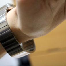 Apple Watchが届いたのでさっそく装着してみたら自分の腕の細さに笑った件