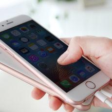 iPhoneと同じカラバリ&サイズ感。Lightning給電にも対応した10,000mAhモバイルバッテリー