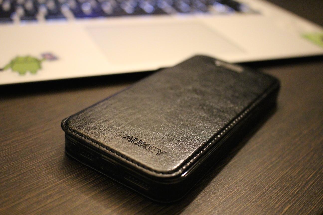 手頃にオシャレを演出できるかも『Aukey 手帳型レザー保護ケース(iPhone5/5s用)』レビュー
