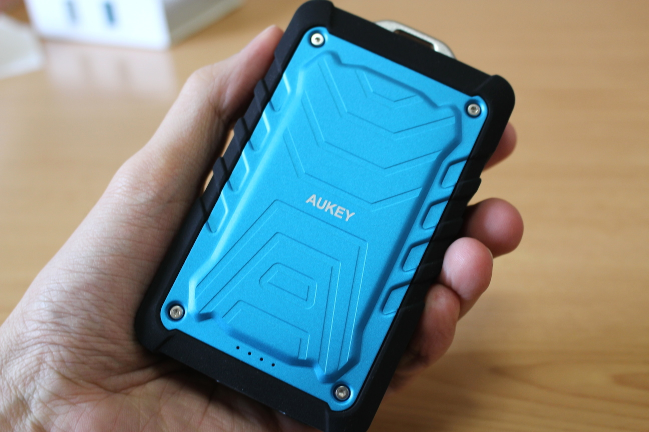 アウトドアや災害時にも。防水・防塵・耐衝撃でLEDライトも装備した7500mAhのモバイルバッテリー『Aukey PB-P1』レビュー