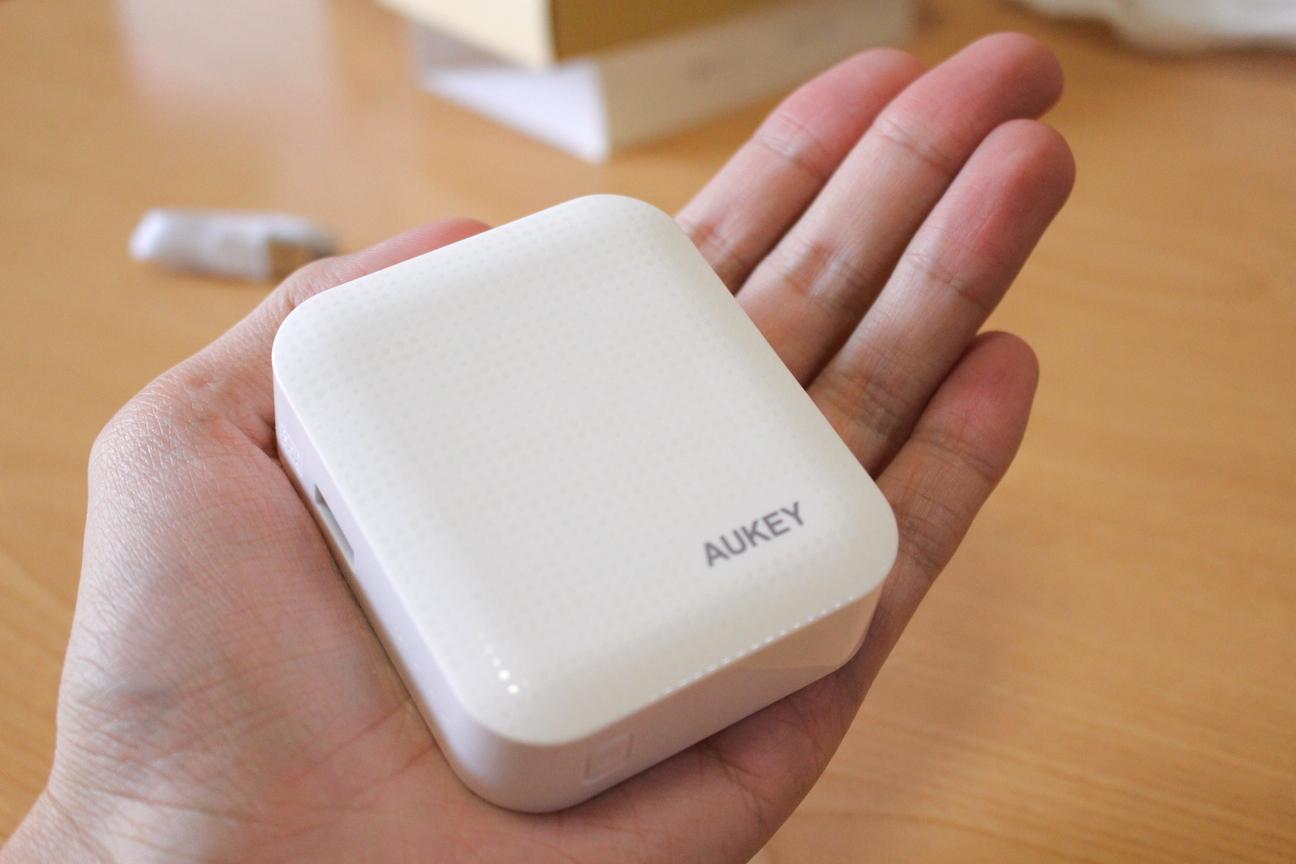 手のひらのサイズで可愛いらしい4400mAhモバイルバッテリー『Aukey PB-05』レビュー