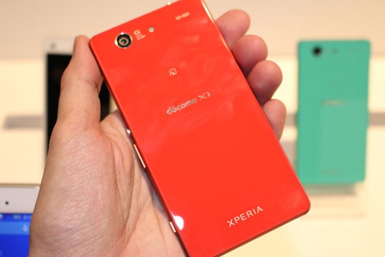 鮮やかなカラーが眩しい!docomo版Xperia Z3(SO-01G)、Z3 Compact(SO-02G)の外観写真