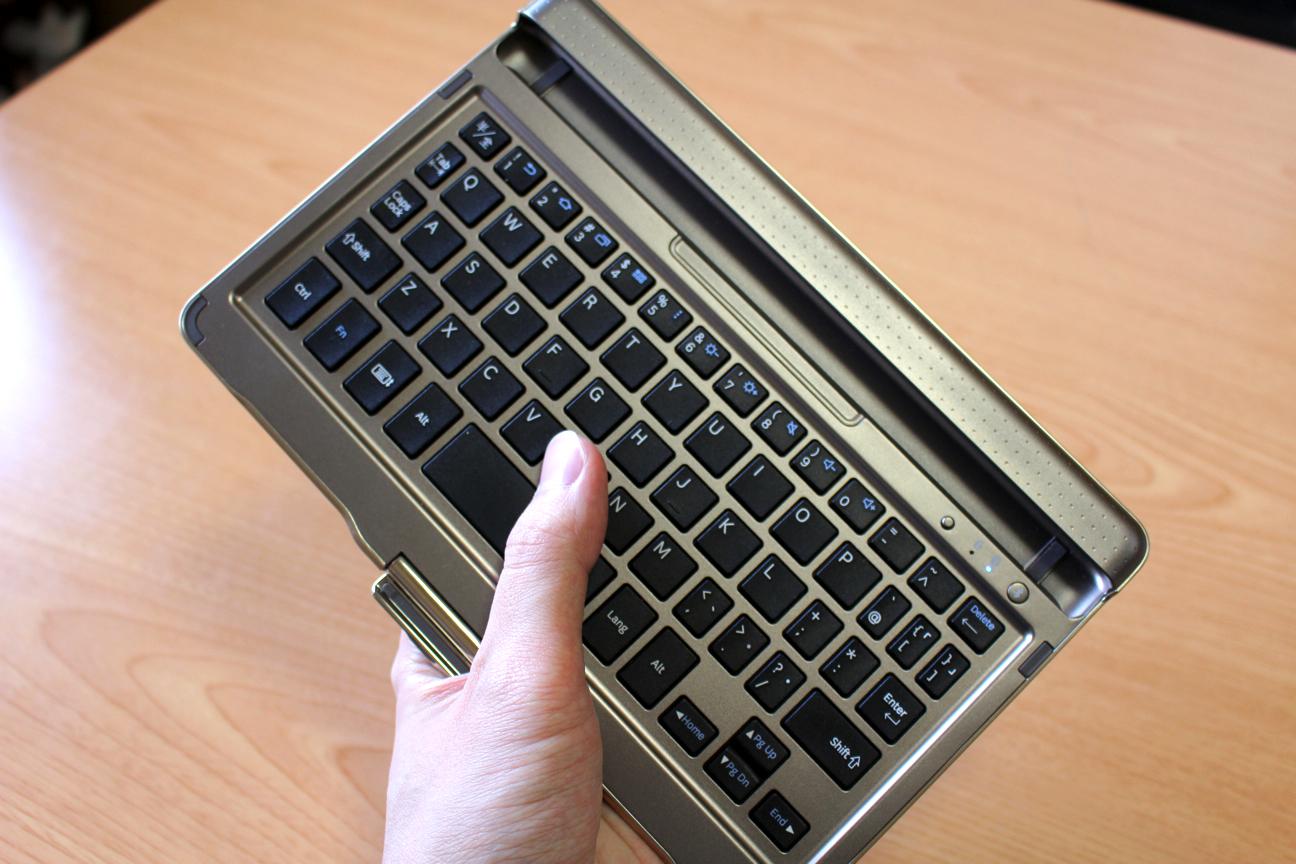 専用デザインならではの一体感。GALAXY Tab S 8.4 SC-03G付属のBluetoothキーボードが良い感じ
