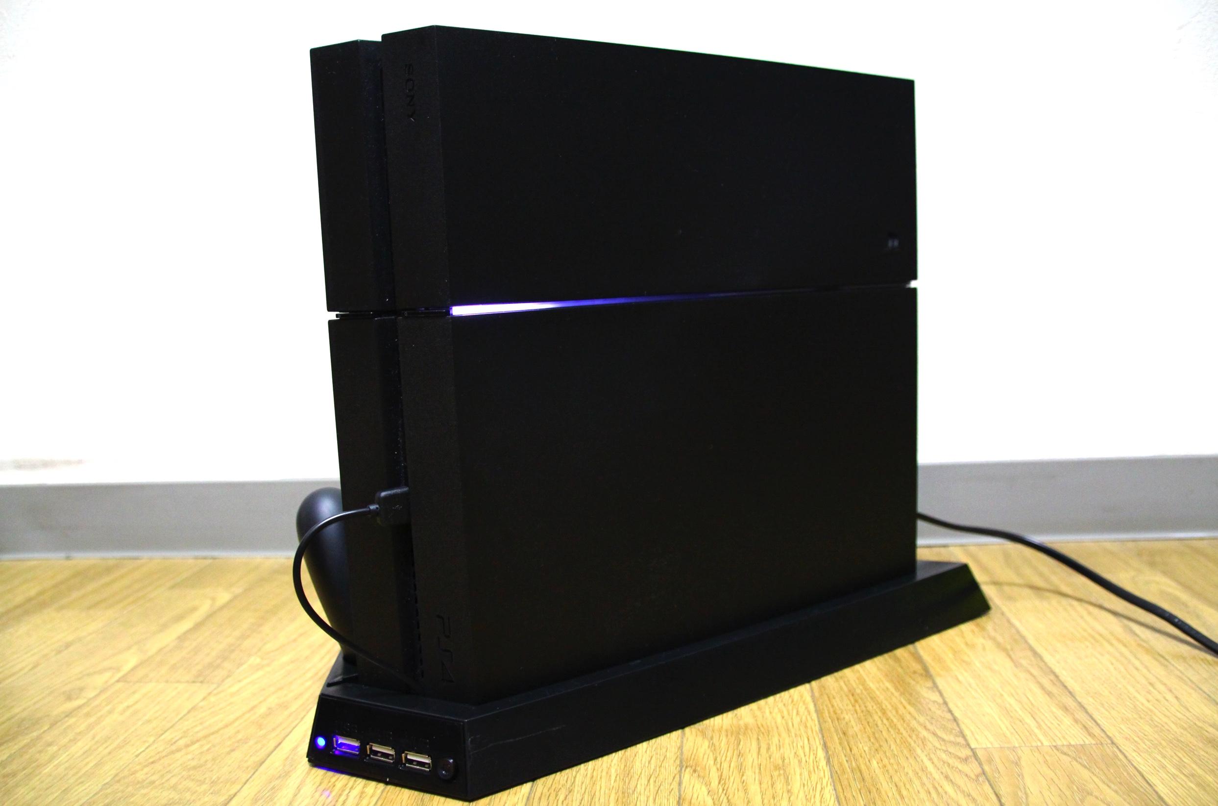 コントローラー2台同時充電、USBポート3口、冷却ファン搭載。PS4の多機能縦置きスタンドが便利過ぎてヤバい