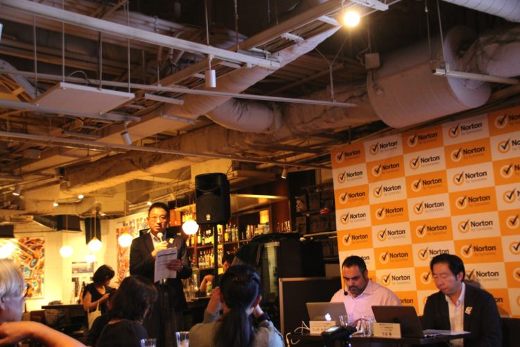 デモの実演は普段使いのカフェを想定ということで、会場は渋谷某所のカフェを使用