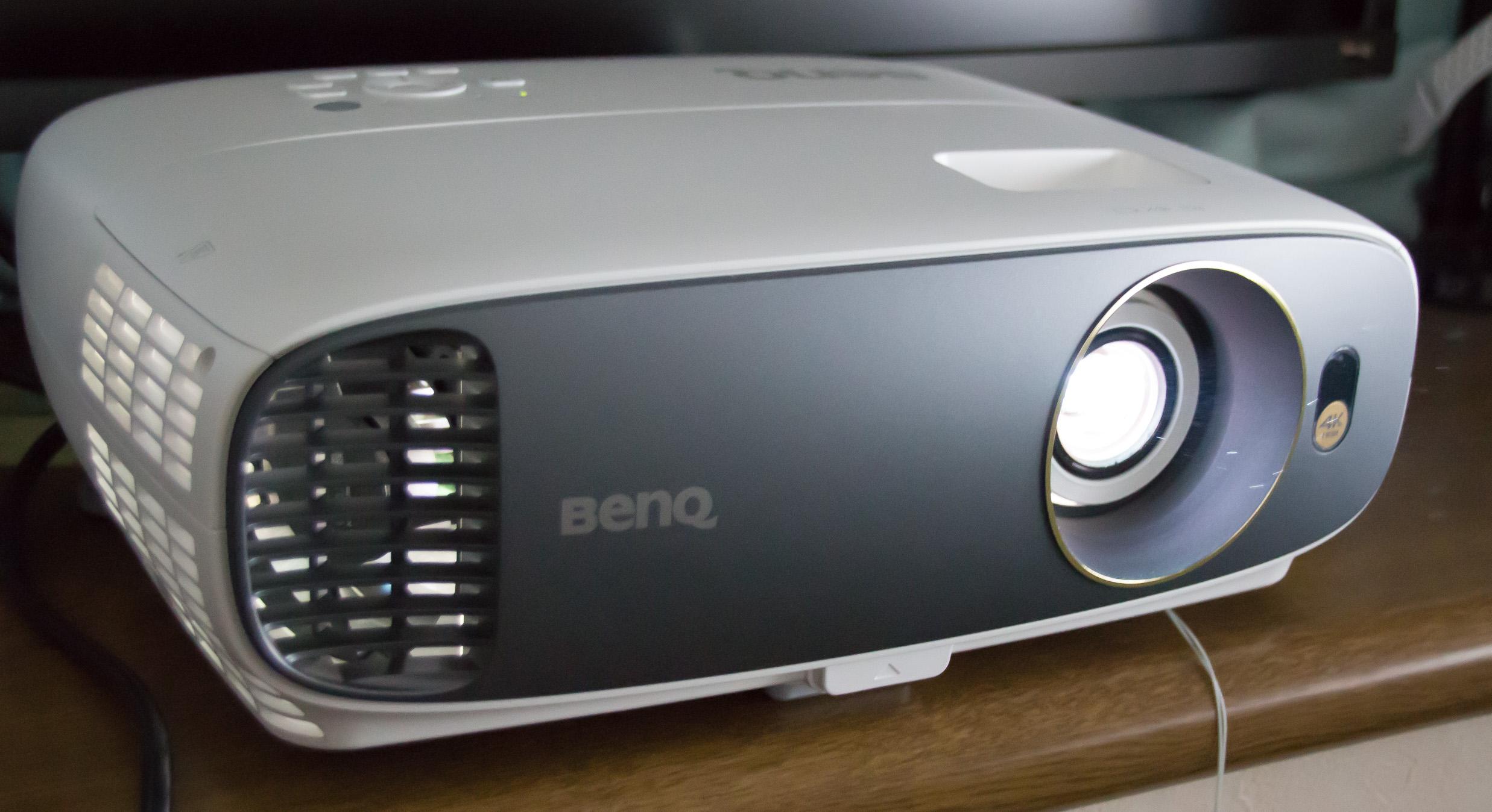 高画質かつ大画面でゲームや映像を楽しめる!4K HDRホームシネマプロジェクター『BenQ HT2550』レビュー