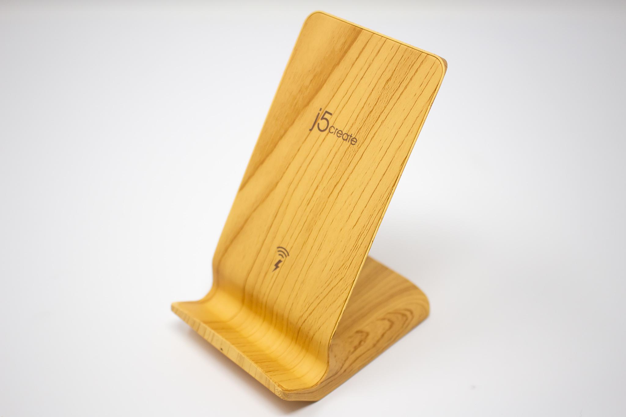 縦置き横置き両対応。木目調デザインのスタンド型Qiワイヤレス充電器「j5 create JUPW1102W-A」レビュー